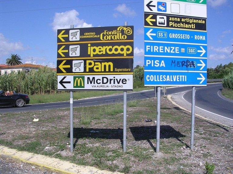 dei cartelli di indicazione stradale e di Ipercoop Pam e McDrive