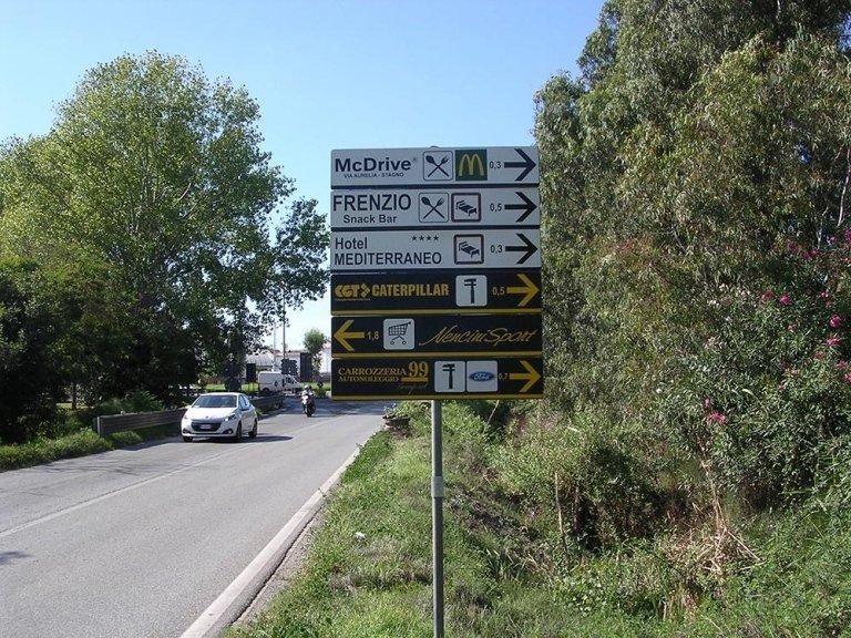 dei cartelli di McDrive Hotel Mediterraneo Caterpillar e altro
