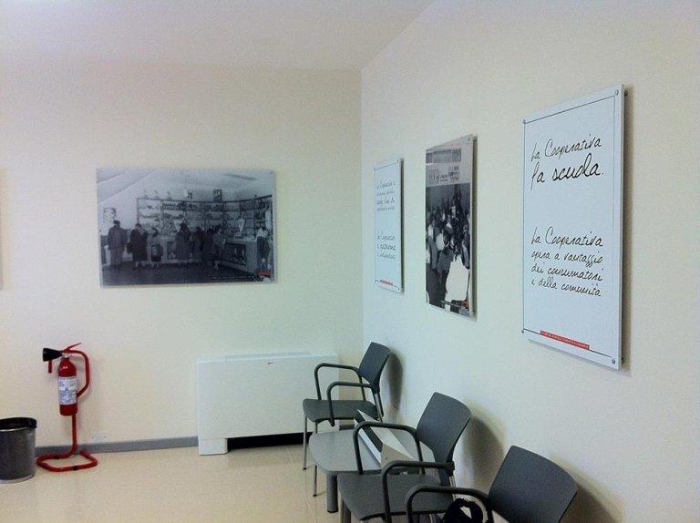 sala d'attesa con dei quadri al muro