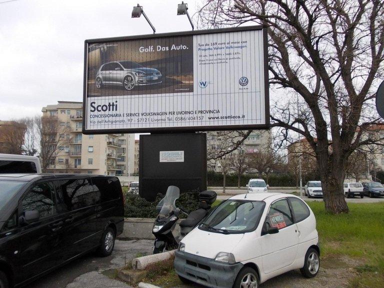un cartello pubblicitario della concessionaria Scotti Volkswagen