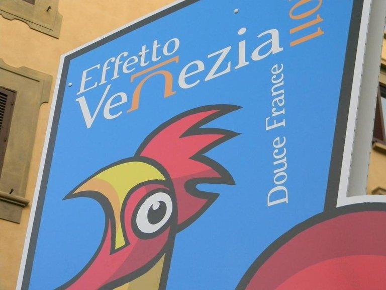 un cartello con l'immagine di un gallo e la scritta Effetto Venezia Douce Franze