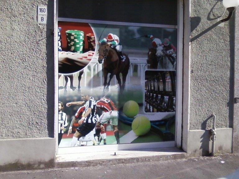 un manifesto illustrativo con dei cavalli, slot machine ,tennis e calcio