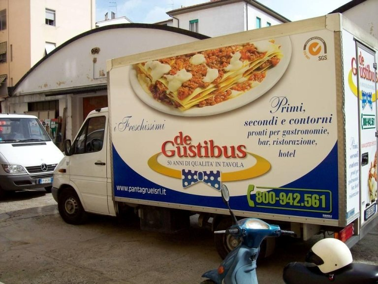 un camion con scritto degustibus 50 anni di qualità in tavola