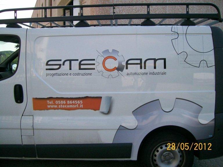 un furgone con scritto Stecam