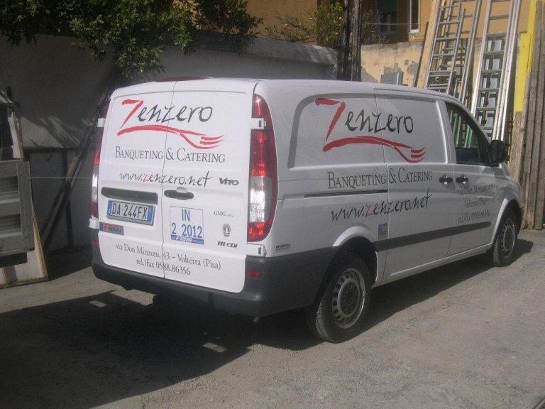 il furgone con scritto zenzero banqueting & catering