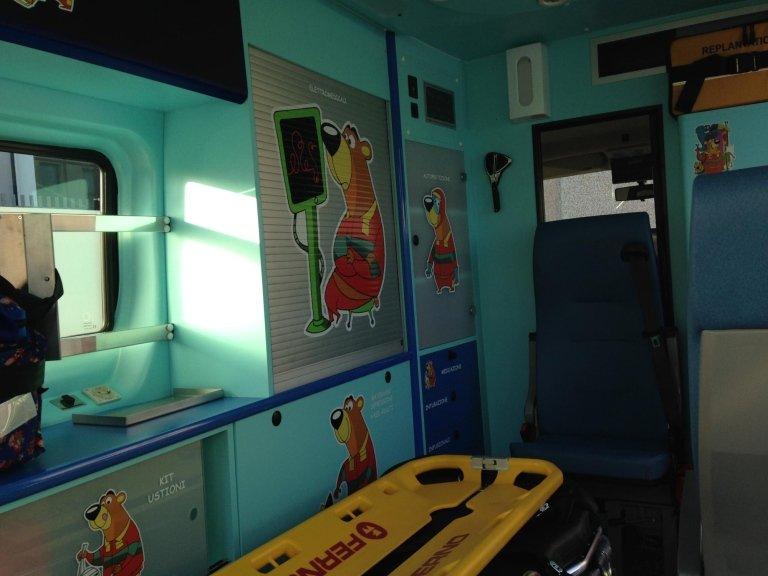 interno di un ambulanza con degli adesivi di un orso