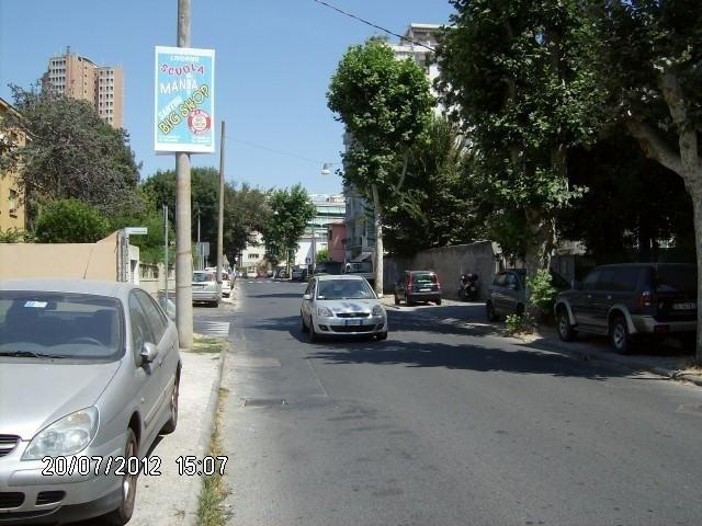 la strada in alto un cartello con scritto scuola mania big shop