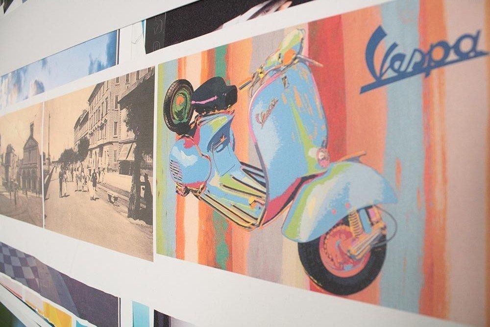 Un Poster multicolore di uno scooter Vespa