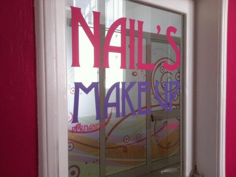 una vetrata con la scritta Nail'.s make up