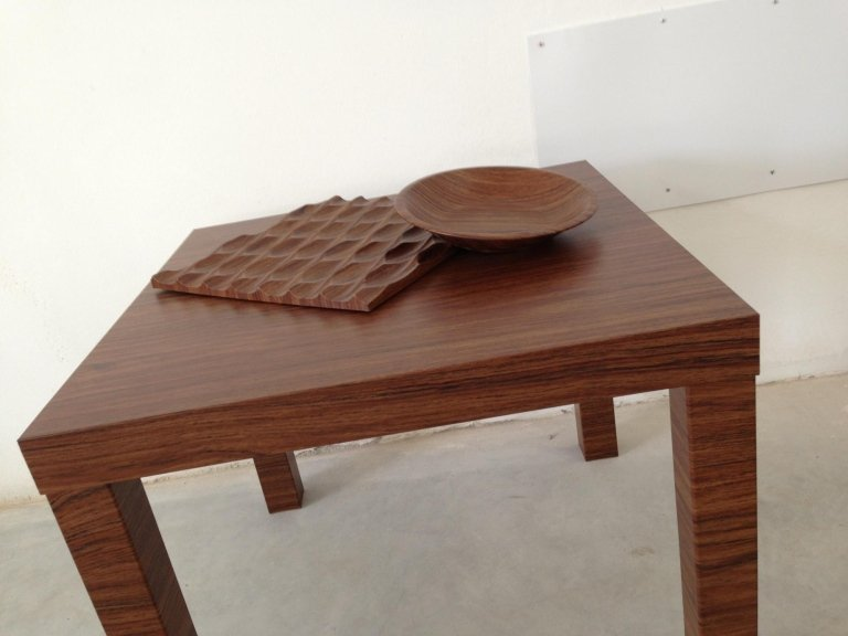 un tavolino in legno con sopra una ciotola