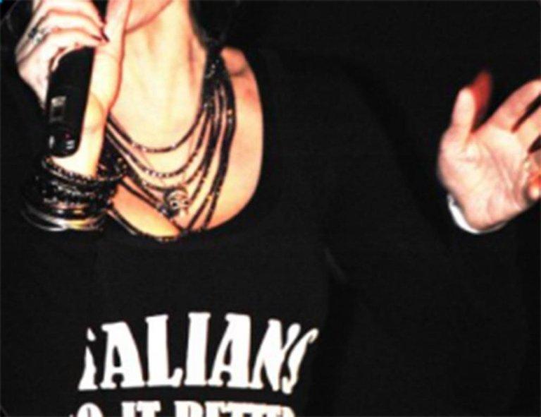 un cantante con una maglietta con scritto Italians