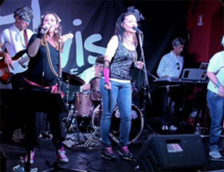 un gruppo che canta e suona dal vivo