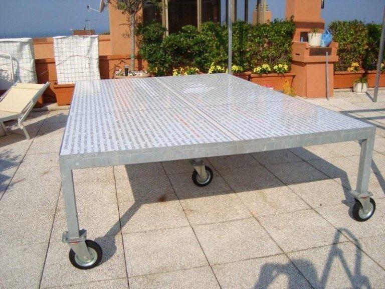 un tavoli in ferro con delle rotelle