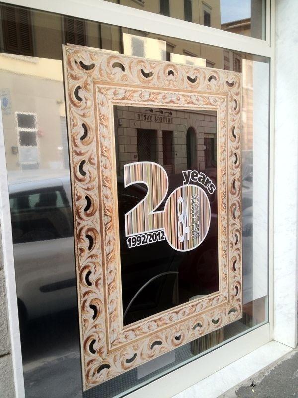 non vetrata con un disegno di una cornice e la scritta 20 years