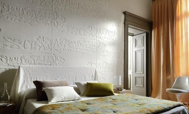 una camera da letto con un muro con dei disegni