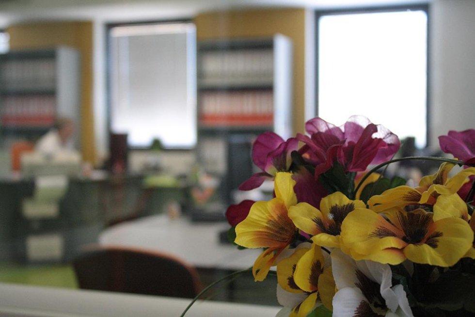 fiori appoggiati su una scrivania