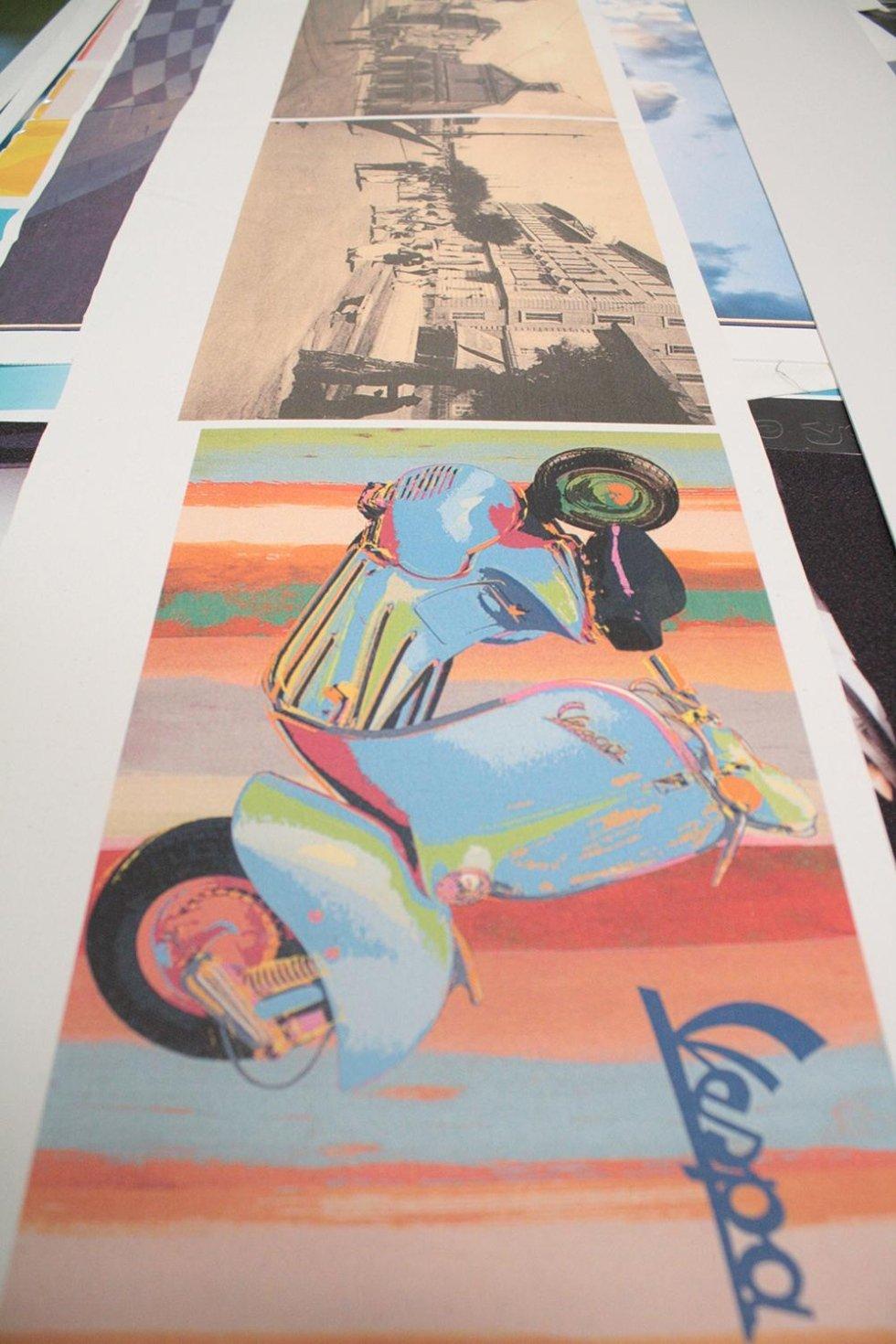 la stampa di una di una Vespa multicolore