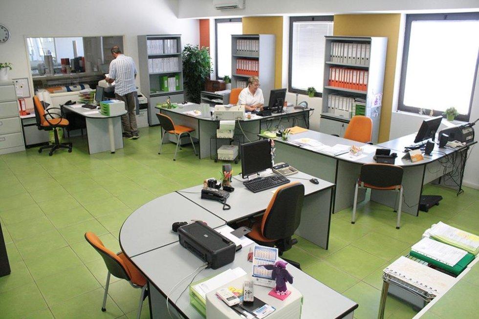 ufficio con delle scrivanie e delle persone al lavoro
