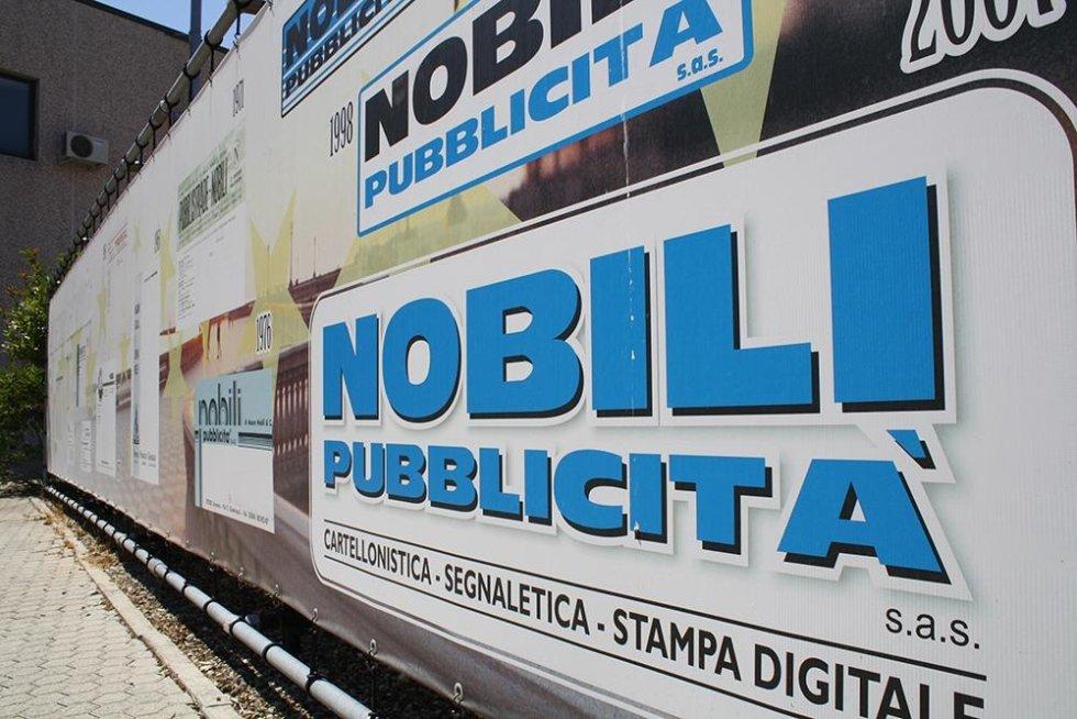 primo piano di un cartello con scritto Nobili pubblicità sas