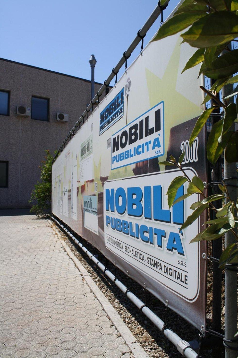 un cartellone con scritto Nobili pubblicità