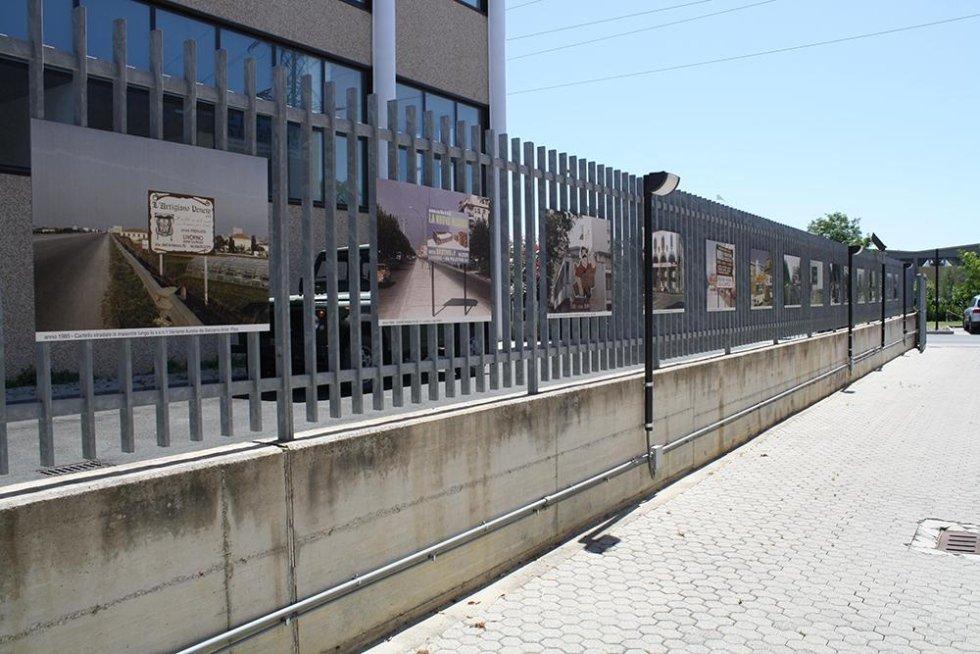 stampe di foto su un cancello scorrevole
