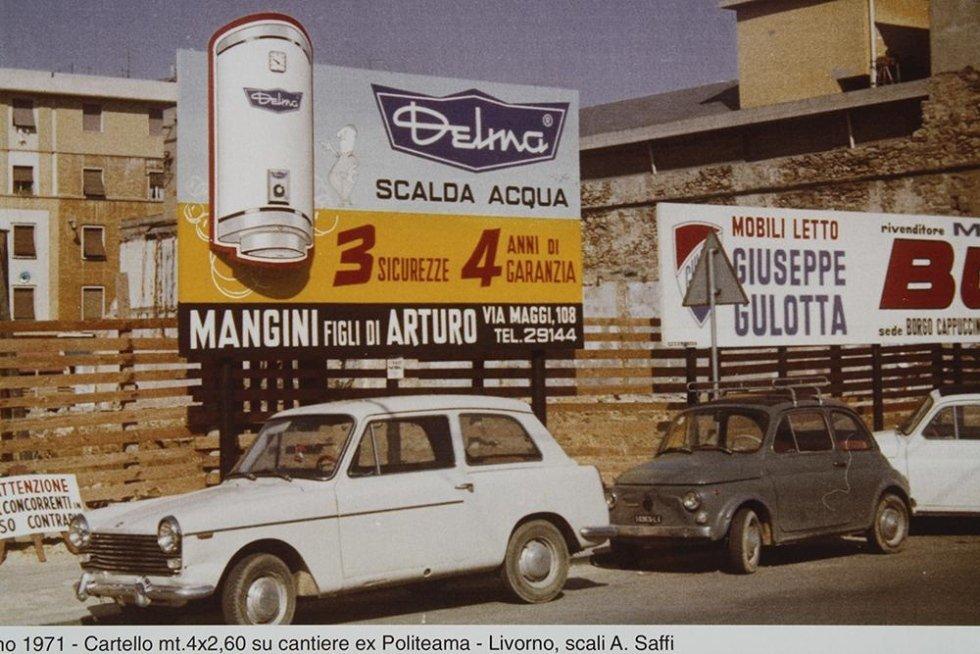 macchine parcheggiate e dei cartelli pubblicitari