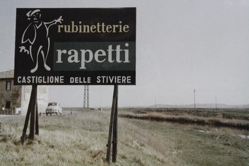 un cartello con scritto rubinetteria Rapetti Castiglione delle Stiviere