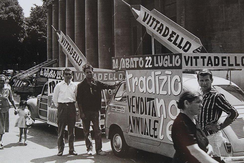 foto in bianco e nero con auto d`epoca ed insegne pubblicitarie