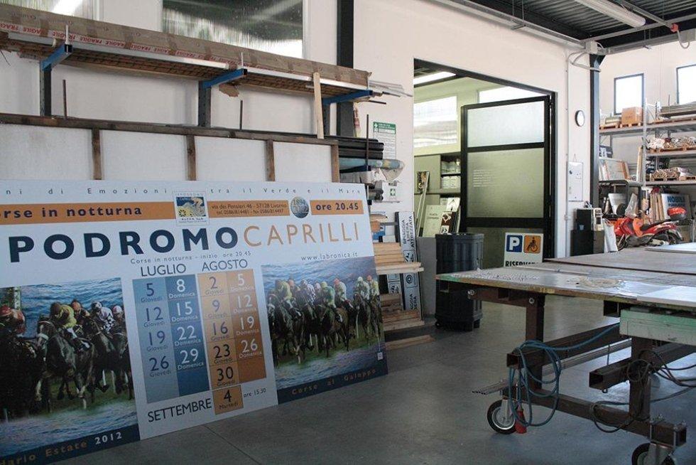 cartelli pubblicitari in un magazzino