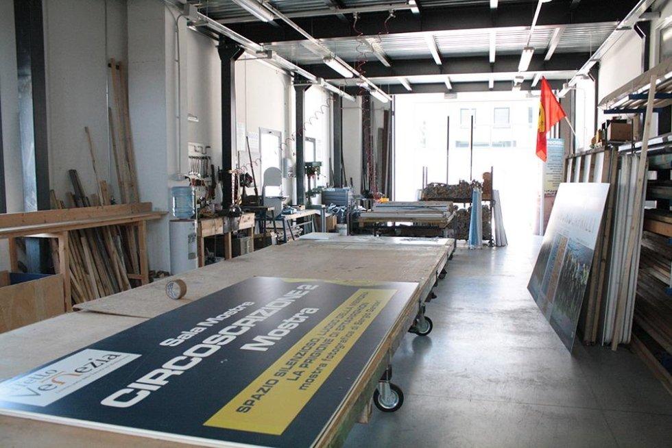 interno di un magazzino con dei cartelli pubblicitari