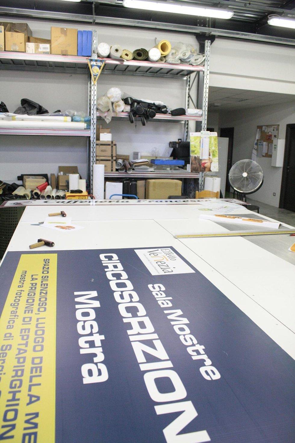 un cartellone con scritto sala mostre in una fabbrica di stampe