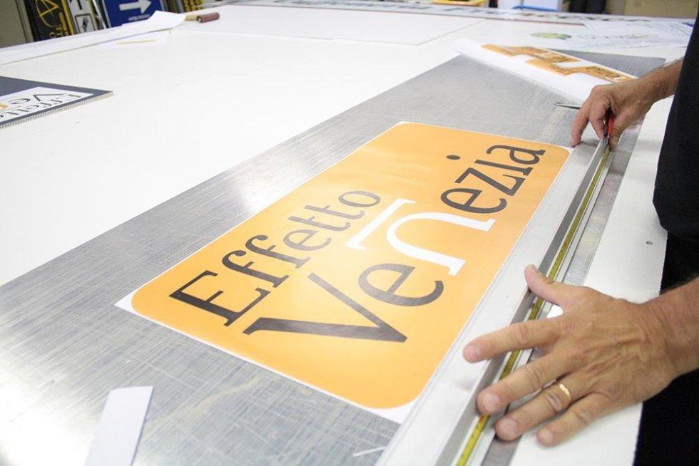 un cartello di color giallo con scritto Effetto Venezia