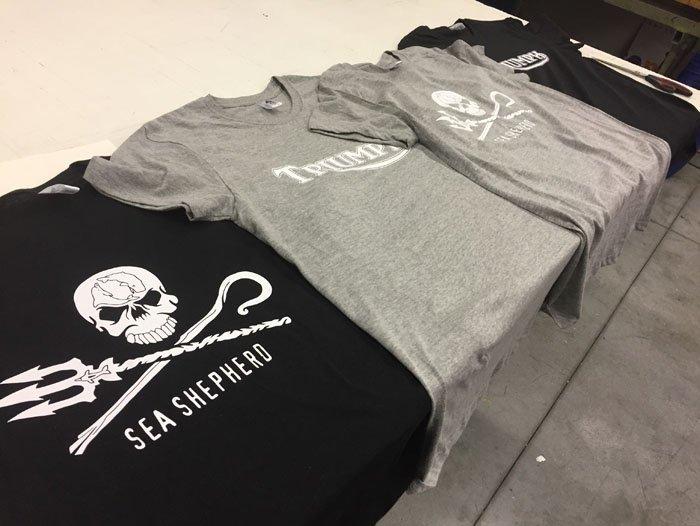 vista laterale di magliette di colore nero e grigio sul tavolo