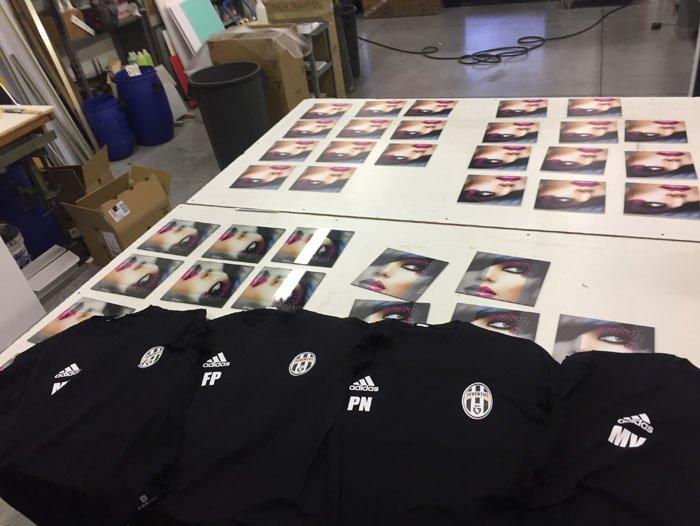 Magliette nere di marca adidas sulla stampa su vetro