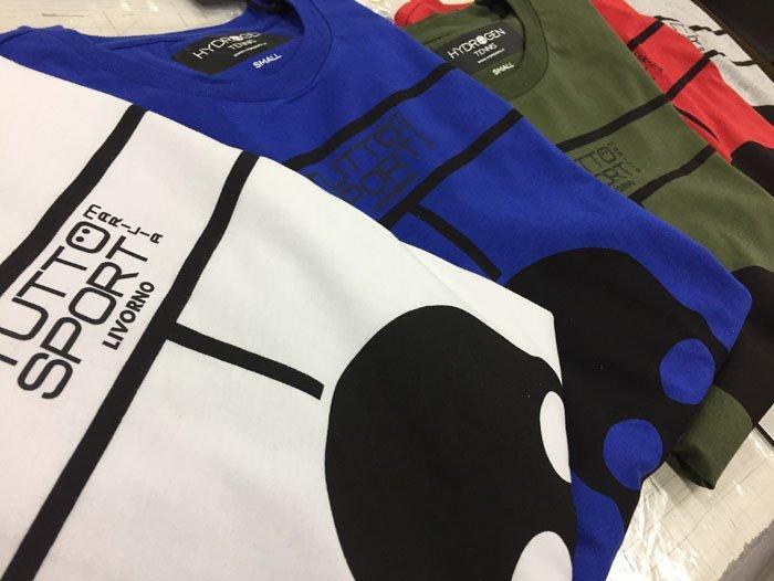 vista laterale di magliette in diversi colori