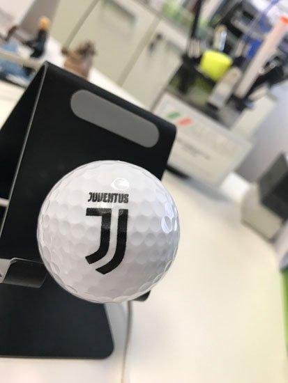 palla da golf è attaccata al supporto