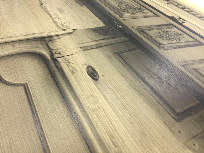 stampa su porta di legno