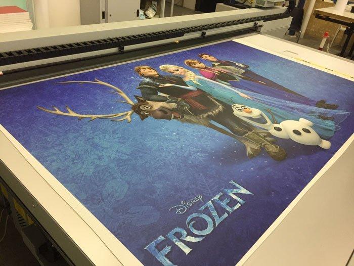 Stampante che stampa poster di cartoni animati con scritto disney frozen