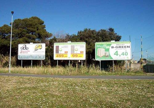 tre cartelli pubblicitari di cui uno con scritto B-Green