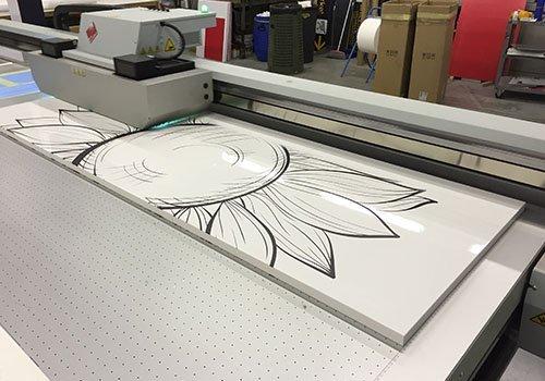 una stampante mentre stampa un poster di un fiore