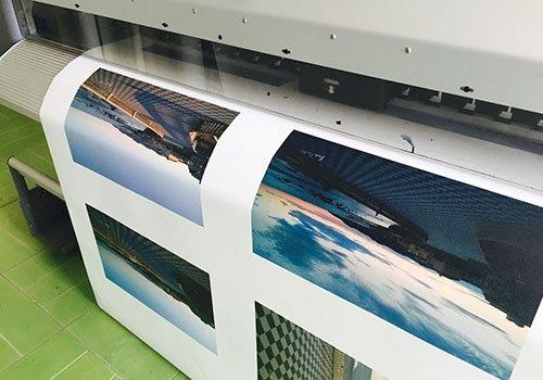 una stampante mentre stampa quattro immagini su un poster
