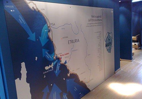 un muro con un grande poster della mappa dell'Etruria