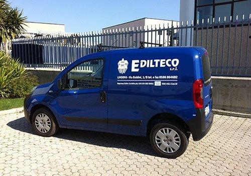 un furgone blu con scritto Edilteco s.r.l