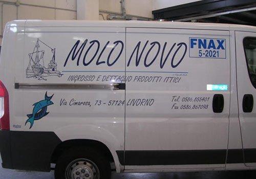un furgone bianco con scritto Molonova Fnax