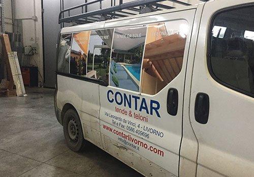 un furgone con scritto Contar tende & teloni