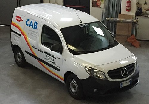 un furgone bianco con scritto CAB