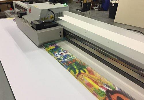 una stampante mentre stampa un poster  multicolore