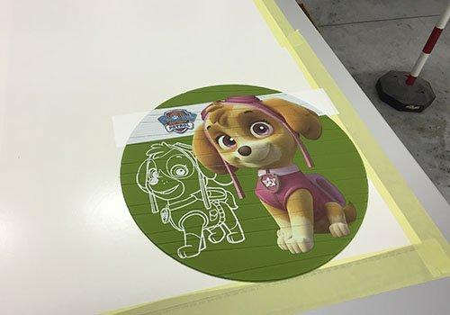 un tappetino di un mouse con un'immagine di un cagnolino