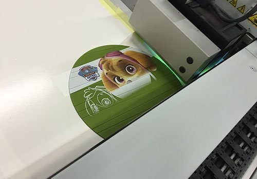 una stampante a laser mentre stampa un'immagine di un cagnolino