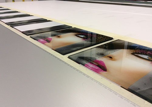 pannelli di vetro con sopra le immagini di un viso di una donna